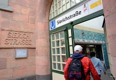 Eingang Bahnhof Hochbahn Sierichstrasse - historischer Schriftzug im Stein - Kunststoff über der Eingangstür.