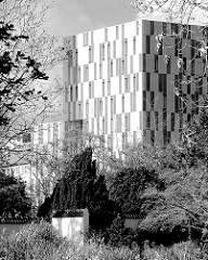 Blick vom Apothekergarten in Planten un Blomen zum Dorint Hotel in Hamburg Rotherbaum; Architekten Bothe, Richter, Teherani.