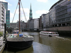 Hamburger Nikolaifleet Theaterschiff, Fahrgastschiff der Fleetfahrt Bürohäuser Katharinenkirche, Reimersbrücke über das Fleet..