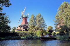Wahrzeichen von Hamburg Reitbrook - Windmühle an der Dove Elbe.