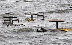Tische und Stühle unter Wasser am Elbstrand bei der Standperle in Hamburg Othmarschen - Hochwasserwarnung an der Elbe.