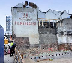Baustelle am Spielbudenplatz in Hamburg St. Pauli - Alte Hausfassade Aufschrift 50 Jahre führendes Filmtheater.