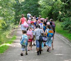 Ausflug einer Schulklasse in den Harburger Stadtpark - Naherholung in Hamburg - Bilder aus dem Stadtteil Wilstorf.