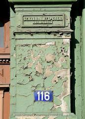 Farbe blättert an der Fassade ab - Wohnhaus in der Altonaer Palmaille - Inschrift Schaar + Hintzpeter, Architekten.