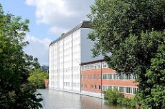 Historische und neue Architektur am Ufer des Südkanals; Bäume am Wasser in Hamburg Hamm.