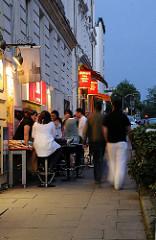 Abends in Hamburg Winterhude - Sommerabend im Stadtteil - die Winterhude geniessen die italienische Atmosphäre im Stadtteil.