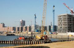 Die Entstehung der Marco Polo Terrassen wird vorbereitet - von einem Arbeitsponton aus wird eine Spundwand in den Hafengrund getrieben. 2005