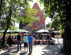 Ehem. Bahnhofsgebäude Rübenkamp - umgebaut zu einem Restaurant mit Aussengastronomie / Hamburg Barmbek Nord.