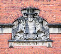 """Bauschmuck mit Inschrift """"Mädchen-Schule"""" - Hamburg Wappen von Löwen gehalten. Schule Telemannstrasse in Hamburg Eimsbüttel."""