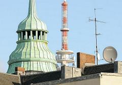 Kupfergiebel eines Wohnhausese - Spitze vom Fernsehturm; Stadtteilfotos aus St. Pauli.