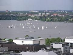 Luftaufnahme der Hamburger Aussenalster mit Segelbooten - im Vordergrund Hausdächer von Hamburg St. Georg.