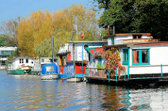 Hausboote am Ufer der Doveelbe in Hamburg Allermöhe.