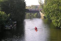 Ruderboot auf dem Barmbeker Stickkanal, die Grenze zum Stadtteil Winterhude.