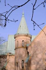 Kirchen in Hamburg - Backsteinturm mit Kupferdach an Christuskirche in Hamburg Othmarschen.