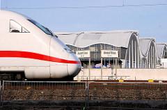 Triebwagen eines Intercity auf den Gleisen an der Versmannstrasse - im Hintergrund die geschwungenen Dächer der Grossmarkthallen in Hamburg Hammerbrook hinter dem Oberhafenkanal.