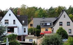 Einzelhäuser mit Satteldach beim Falkenbergsweg im Hamburger Stadtteil Neugraben Fischbek.