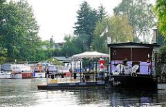 Sportboote und ein Hausboot auf den Kanälen in Hamburg Rothenburgsort - Fotos aus den Hamburger Stadtteilen.