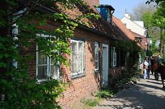 Sehenswürdigkeiten in Hamburg - historische Lotsenhäuser im Hamburger Stadtteil Othmarschen - Elbweg in Övelgönne.