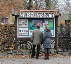 Eingang zum Volksdorfer Museumdorf - Tafel mit Veranstaltungs-Anküdigungen.