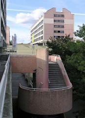 Wohnen in den Hamburger Stadtteilen - Treppenaufgang und Hochhaus HH-Steilshoop.