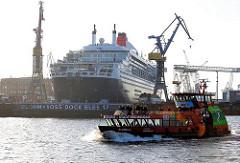 Hafenfähre ELBMEILE in Anfahrt auf die St. Pauli Landungsbrücken - im Hintergrund die Queen Mary II im Dock Elbe 17 - Bilder aus dem Hamburger Hafen.