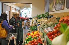 Gut Wulksfelde - ökologischer Landbau - Hofladen, Gemüseregal.