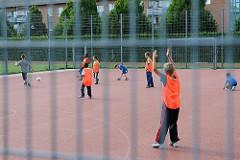 Fussballplatz mit Kindern - eingezäuntes Areal zum Fussballspielen - Hamburg Neuallermöhe.