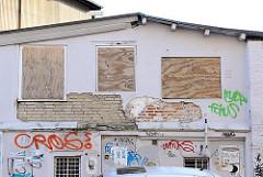 vernagelte Fenster, Nebengebäude der Hamburger Schilleroper in St. Pauli - abbröckelnder Putz.