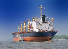 Das Frachtschiff FESCO ANGARA läuft aus dem Hamburger Hafen aus - das Lotsenboot hat längseits fest gemacht. Der 186m lange und 30m breite Frachter hat ein DeadWeight von 37155 t.