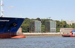 Schiffsverkehr auf der Elbe - moderne Büroarchitektur am Elbufer von Hamburg Altona.