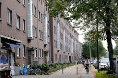 Hausfassade Wohnblocks an der Hauptverkehrsstrasse Nordschleswiger Strasse in Hamburg Dulsberg - Etagenwohnungen / Backsteinfassade.