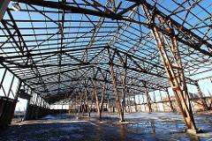 Holzkonstruktion eines Lagerschuppens - Abriss eines Lagergebäudes am Baakenhafen - Entstehung der Hafencity.