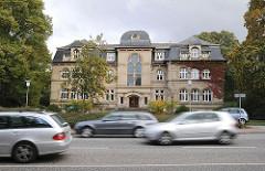 Gebäude der Friedhofsverwaltung an der Fuhlsbüttler Strasse - Stadtteil Hamburg Ohlsdorf.