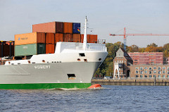 Der Containerfeeder Robert läuft auf der Elbe in den Hamburger Hafen ein - das Frachtschiff fährt in die Süderelbe Richtung Containerterminal Altenwerder ein - im Hintergrund Speichergebäude am Elbufer von Hamburg Ottensen.