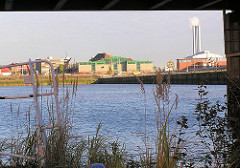 Blick über den Sandtorhafen - Lagergebäude und Krafwerk Hafencity mit den hohen Schornsteinen. (2003)
