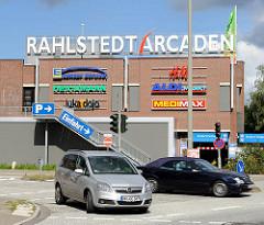 Hinweisschild für die Rahlstedt ARCADEN - Logos der einzelnen Firmen im Einkaufszentrum - abbiegende Autos.
