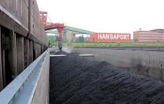 Bilder aus dem Hamburger Hafen - ein Binnenschiff wird im Sandauhafen mit Schüttgut beladen - im Hintergrund Verwaltungsgebäude.