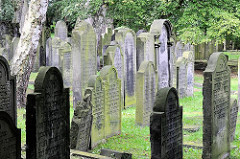 Grabsteine auf dem Jüdischen Friedhof in Hamburg - Altona Altstadt an der Königstraße.