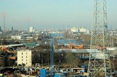 Blick auf die Harburger Schlossinsel; links das Harburger Schloss - im Hintergrund die Schleuse zwischne Harburger Binnenhafen und Süderelbe. Dahinter die Einfahrt zum Reiherstieg - Industriegebäude. (2006)