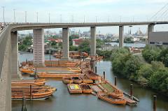 Bilder aus Hamburg Walteshof - Blick auf den Rugenberger Hafen - Schuten im Hafenbecken unter der Köhlbrandbrücke.