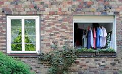 Hausfassade mit verschiedenfarbenen Klinkern - Balkon mit aufgehängter Wäsche - Wäscheleine auf dem Balkon der Wohnanlage Helmholtzstrasse, Hamburg Ottensen.