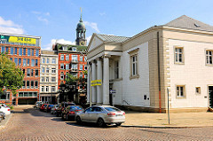 Englische Kirche / St.-Thomas-a-Becket-Church am Hamburger Zeughausmarkt - Klassizistische Architektur, Architekt Ole jörgen Schmidt. Im Hintergrund die Kuppel des Kirchturms der St. Michaeliskirche.