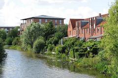 Mehrere Fleete durchziehen als Entwässerungsgräben den Stadteil Neuallermöhe - Wohnhäuser am Ufer des Fleet mit Zugang zum Wasser.