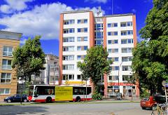 Modernes mehrstöckiges Gebäude - Strassenbaeume; Bilder aus Hamburg Hamm.
