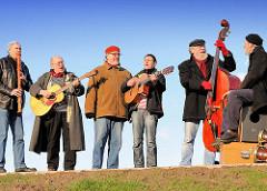 Die Musikgruppe Hamborger Schietgäng tritt bei der Veranstaltung zum Abriss des Zollzauns am Spreehafen in Hamburg Wilhelmsburg.