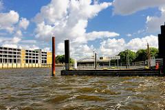 Anleger Saalehafen am Halleschen Ufer - Fassade des Parkhauses am Dessauer Ufer von Hamburg Kleiner Grasbrook.