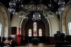 Innenansicht Horner Martinskirche - Leuchter und Glasfenster.