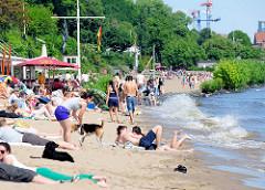 Sommer in der Hansestadt Hamburg - Elbufer mit Sandstrand bei der Strandperle in Hamburg Othmarschen.
