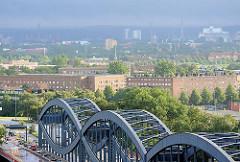 Blick auf die Wohnblocks von der Veddel - im Vordergrund die Norderelbbrücken.