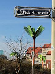 Strassenschild St. Pauli Hafenstrasse - Bilder aus Hamburg - Palme auf dem Antoniplatz / Park Fiction.